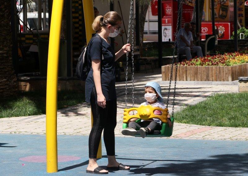 Ege'de sokaklar çocuklara kaldı! Güneşli havanın tadını çıkardılar