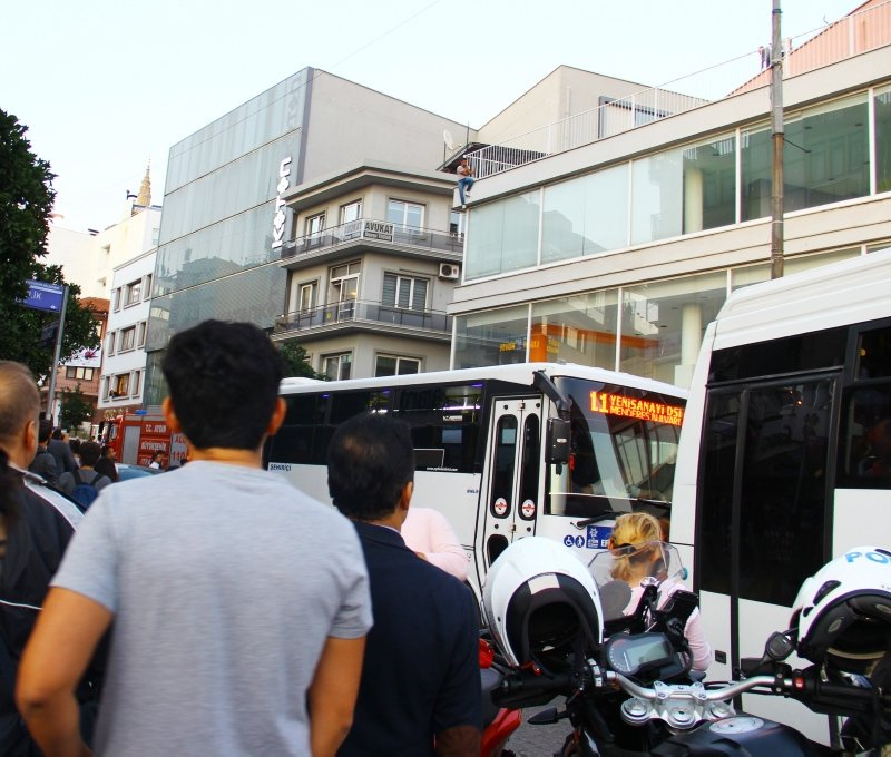 Aydın'da intihar girişimini izleyen meraklı kalabalık yol kapattı