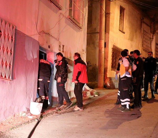 İzmir'de ev yangınında itfaiye eri tarafından kurtarılan kadın ağır yaralandı