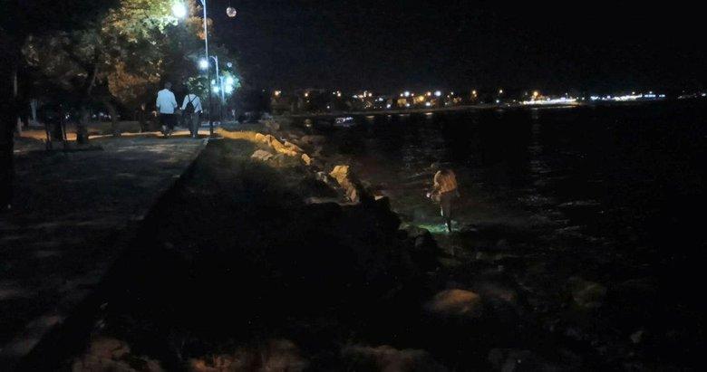 Herkes keyif için sahilde gezerken, o bir elinde kova bir elinde fener suyun içindeydi