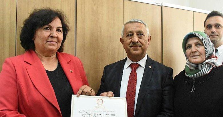 Başkan Zeybek mazbatasını aldı