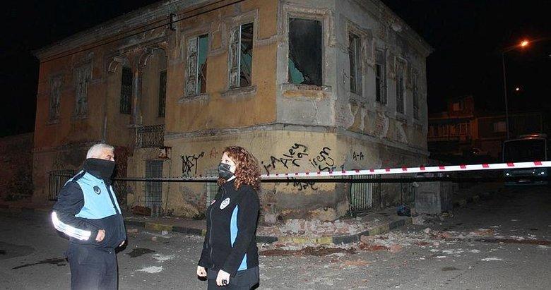 2 katlı tarihi binanın çatısı çöktü! Şans eseri kimseye bir şey olmadı