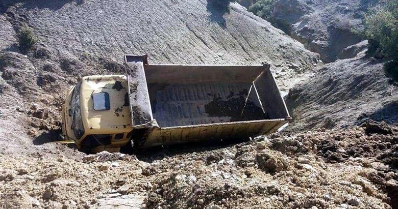 Manisa'da toprak yol çöktü, kamyon yan yattı: 2 yaralı