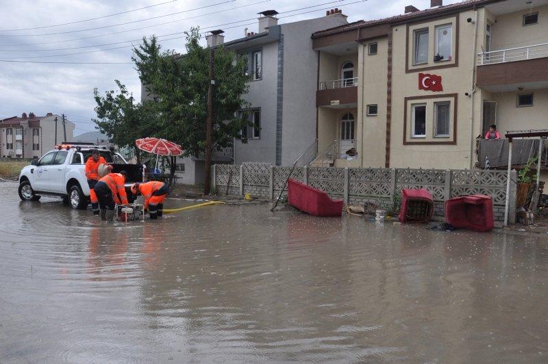 Ege'yi sağanak vurdu! Afyonkarahisar - İzmir kara yolunda trafikte aksamalara neden oldu