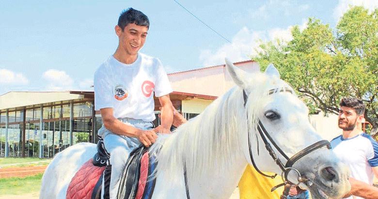 Otizmli çocuklara atla terapi