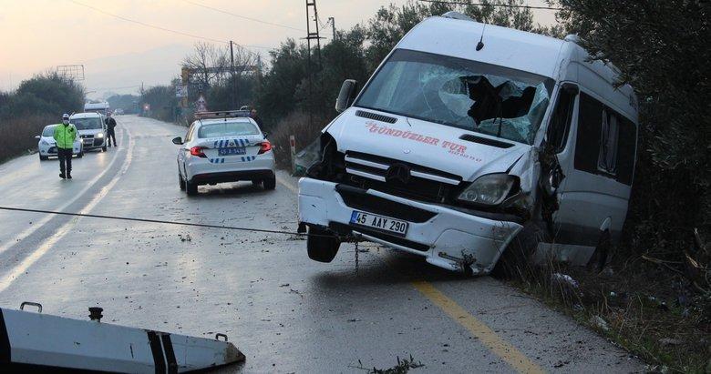 Servis minibüsü kayganlaşan yolda devrildi: 1 yaralı