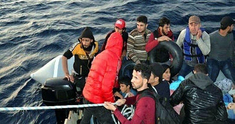 İzmir'de Dikili açıklarında lastik botta 47 kaçak göçmen yakalandı