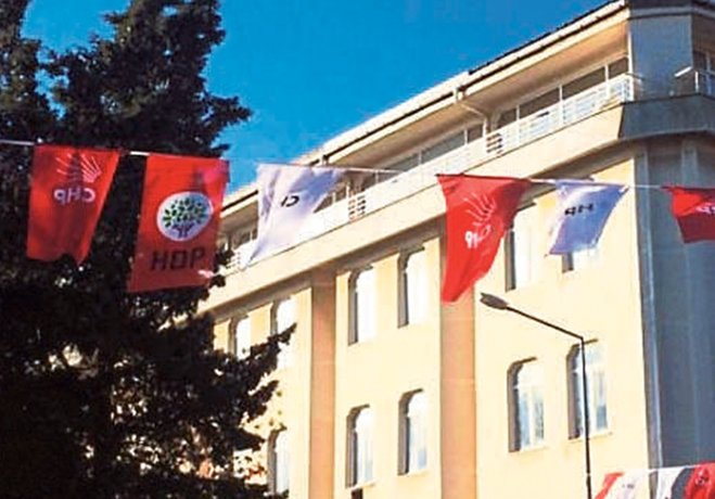 CHP ile HDP bayrakları yan yana