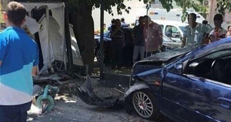 İzmir'de otomobil, otobüs durağına daldı