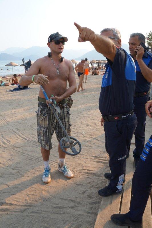 Bodrum'da halk plajında dedektörle arama yapan turist şaşırttı