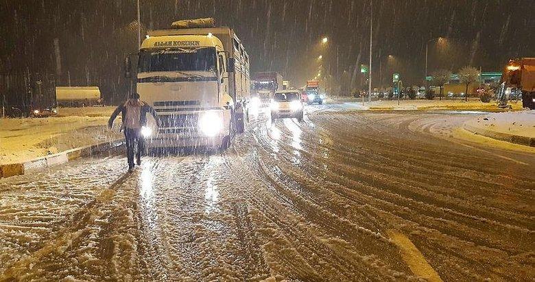 Afyonkarahisar-Antalya kara yolunda trafik akışı güçlükle sağlanıyor