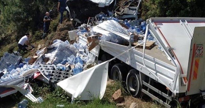 İzmir'de damacana yüklü kamyon devrildi