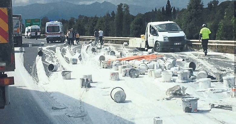 Boya Dolu Kamyon Kaza Yaptı 1 Yaralı Izmir Haberleri