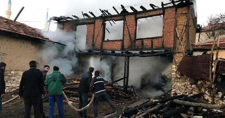 Mangal yaparken 2 katlı evini yaktı