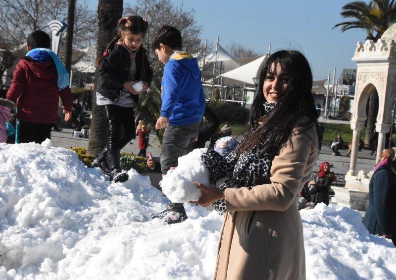 İzmir Konak Meydanı'nda kar sürprizi! Görenler hayrete düştü
