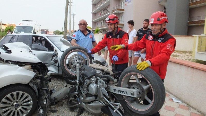 Balıkesir'de feci kaza! Motosiklet sürücüsünü kaskı kurtardı