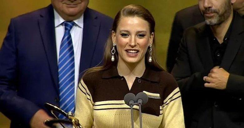 Serenay Sarıkaya Altın Kelebek Ödül Töreni'nde giydiği elbise ile sosyal medyada alay konusu oldu!