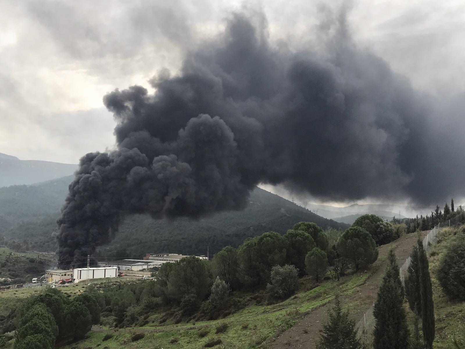 İzmir Bornova'da plastik geri dönüşüm deposunda yangın