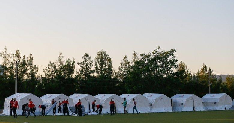 Denizli'deki depremden evleri zarar gören vatandaşlar çadırlara yerleşmeye başladı
