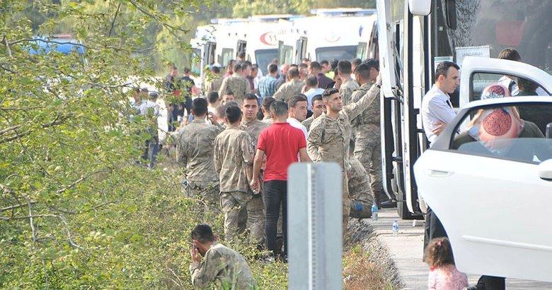 Çanakkale'de törenden dönen askerleri taşıyan otobüs devrildi