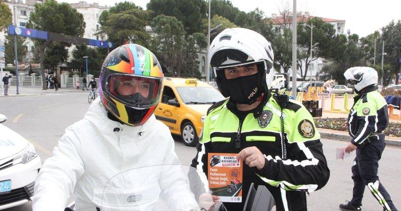 Sürücülere 'Kaskım kafamdaki kaskom' yazılı broşür dağıtıldı