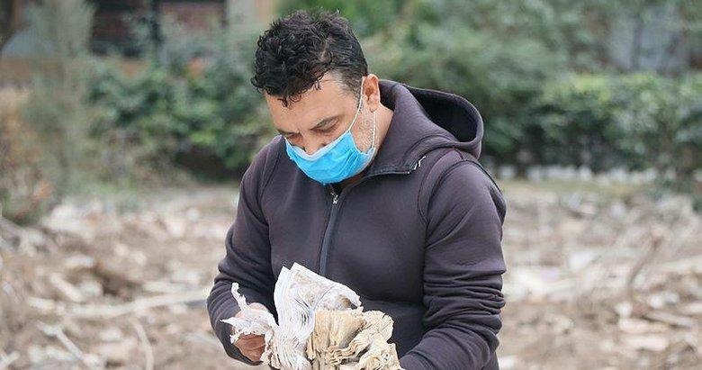 İzmir'deki depremde yıkılan binanın apartman görevlisi, enkaz bölgesinden ayrılmıyor
