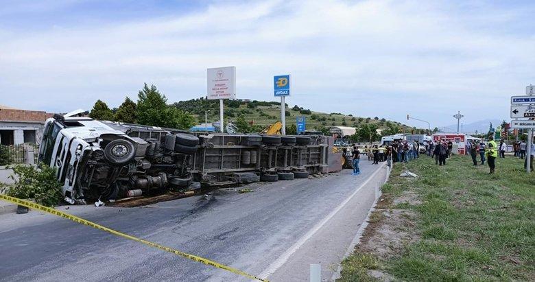 İzmir'de acı olay! Üzerlerine TIR devrilen iki arkadaş yan yana toprağa verildi