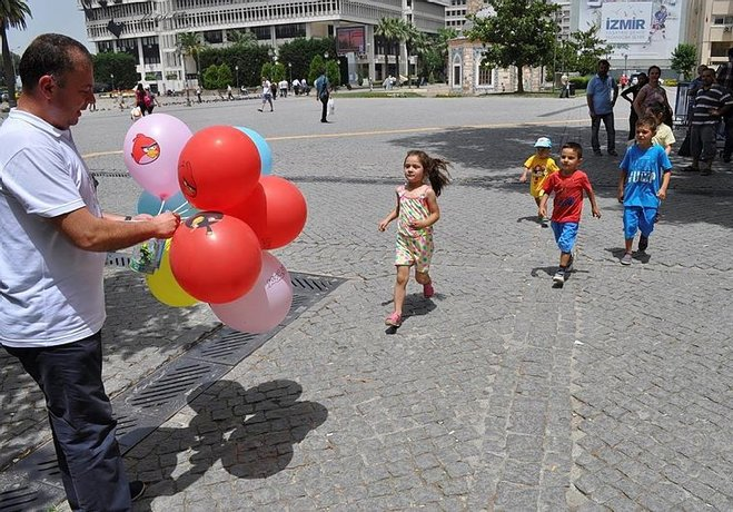 Çocuklarını icra ile görebilen babalar, başka çocuklara hediye dağıttı