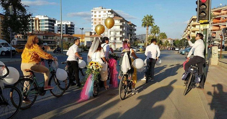 İzmir'de bisikletli düğün konvoyu renkli görüntüler oluşturdu