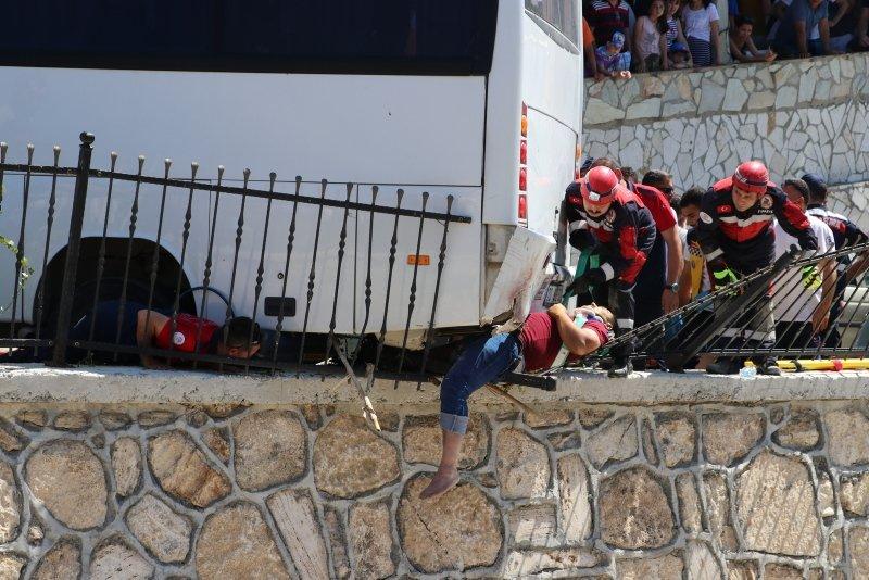 Denizli'de korkunç anlar! Midibüsün altında kalan kişi öldü