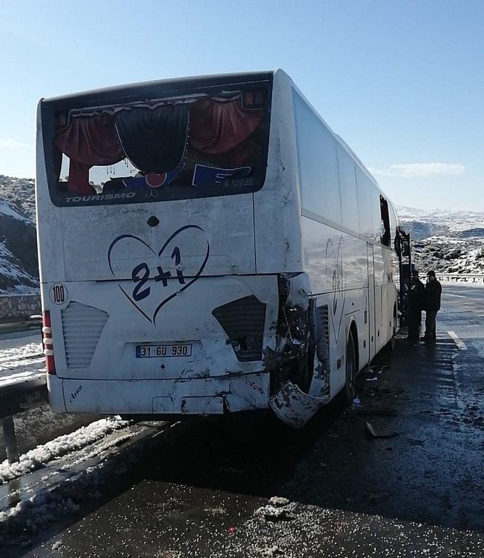 Uşak'ta feci kaza! Zincir takmak için duran yolcu otobüsüne kamyon çarptı