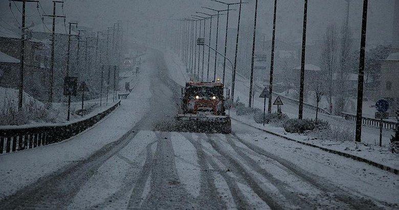 İzmir-Ankara D300 karayolu 1 saat trafiğe kapalı kaldı! Ulaşıma kar engeli