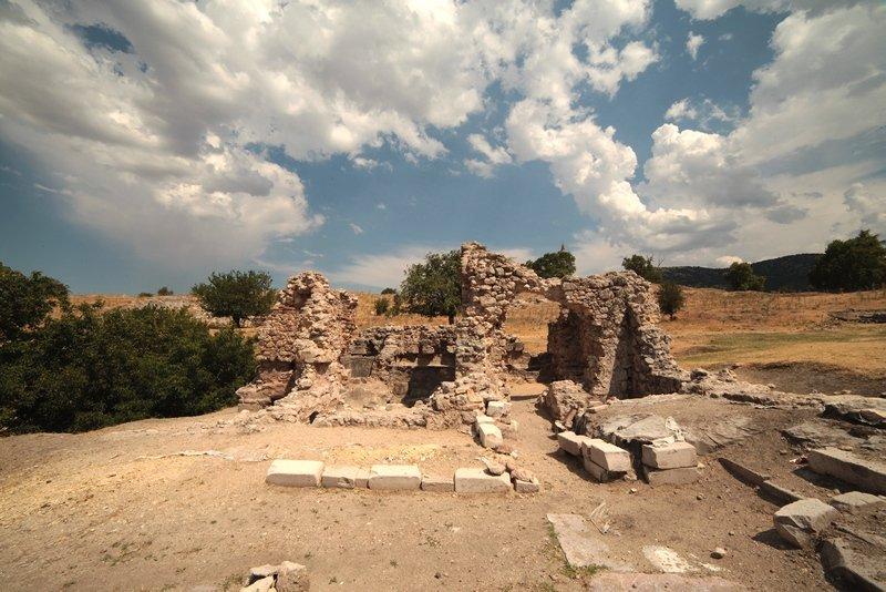 Denizli'de skandal olay! Antik kentten götürülen eserler duvar yapımında kullanılmış
