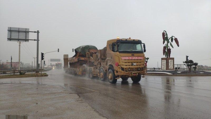 Sınırda hareketlilik! Suriye'ye tank sevkiyatı