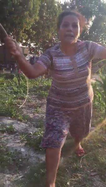 Kuşadasında yavru köpekleri odunla döven kadın gözaltına alındı