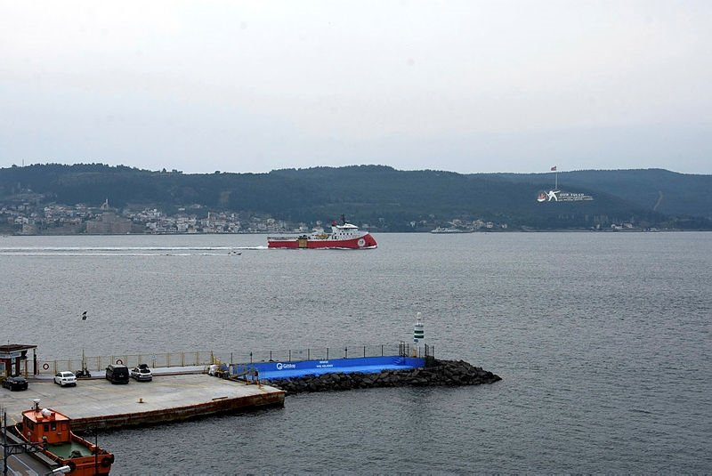 Sismik araştırma gemisi 'Barbaros Hayreddin Paşa', Çanakkale Boğazı'ndan geçti