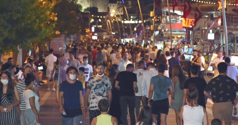 Marmaris'te tatilciler gündüz plajları, akşam sokakları doldurdu