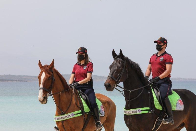 Atlı polisler turizm merkezi Çeşme sahillerini denetledi