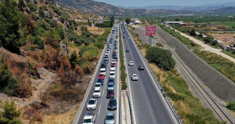 Tatilciler Aydın'da 5 kilometrelik araç kuyruğu oluşturdu