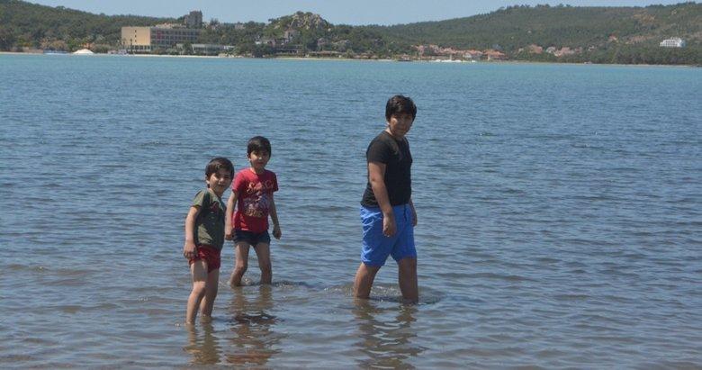 Balıkesir'de günler sonra dışarı çıkan çocuklar denize koştu