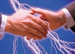 Birine dokununca elektrik mi çarpıyor? İşte sebebi
