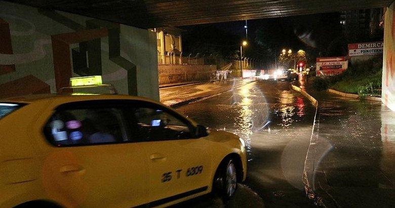 İzmir'de hep aynı manzara! Sağanak nedeniyle bazı evleri su bastı