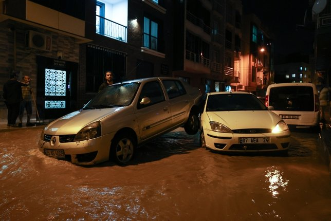 İzmir'i sel aldı! İçler acısı kareler...