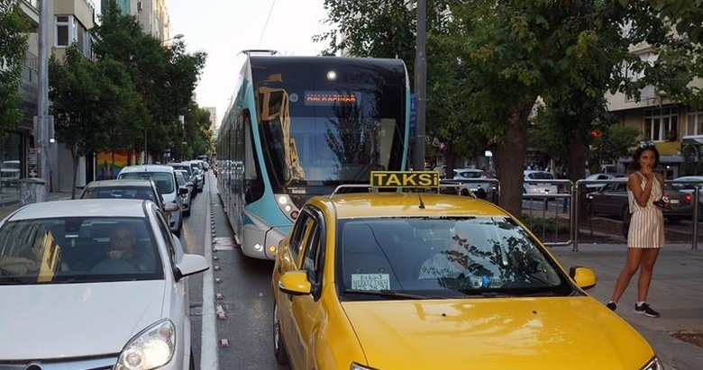 İzmir'de tramvay çilesi! Trafiğe takıldılar...