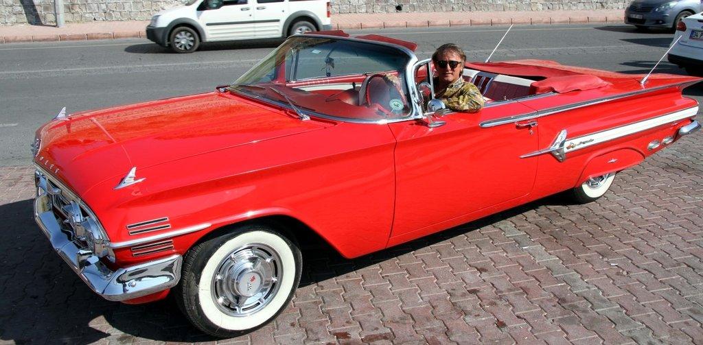 1960 model klasik otomobilini bir zamanlar Zeki Alasyanın kullandığını tesadüfen öğrendi!