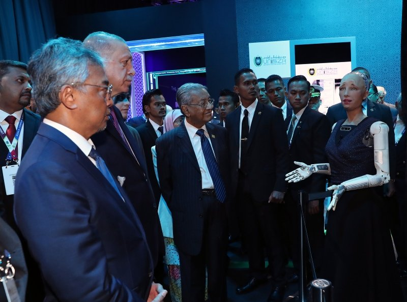 Başkan Erdoğan Kuala Lumpur Zirvesi'nin sergi alanını gezdi
