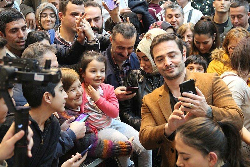 İzmir'de 'Baba Parası' filmi oyuncularına yoğun ilgi! İzmir'de özel gala