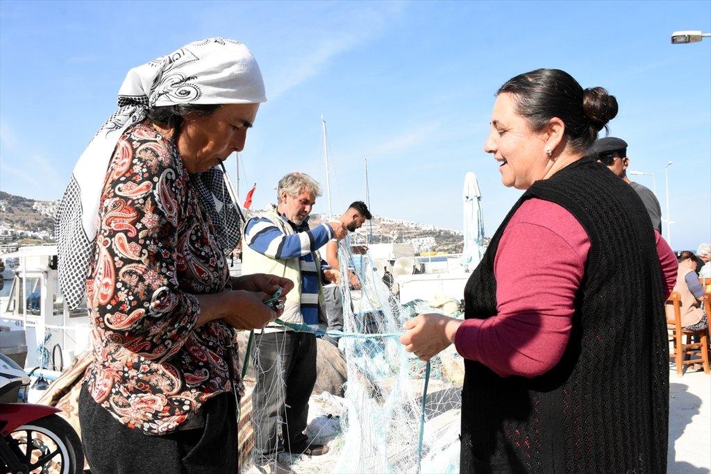 Muğla Bodrum'da kadınlar da balık ağı tamir ediyor