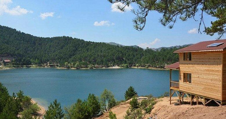Tahtalı Göleti, mavi ve yeşilin buluştuğu manzarasıyla görenleri büyülüyor