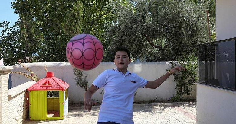 İzmir depreminin simge isimlerinden Günay, geçirdiği ameliyatların ardından futbol oynamaya başladı